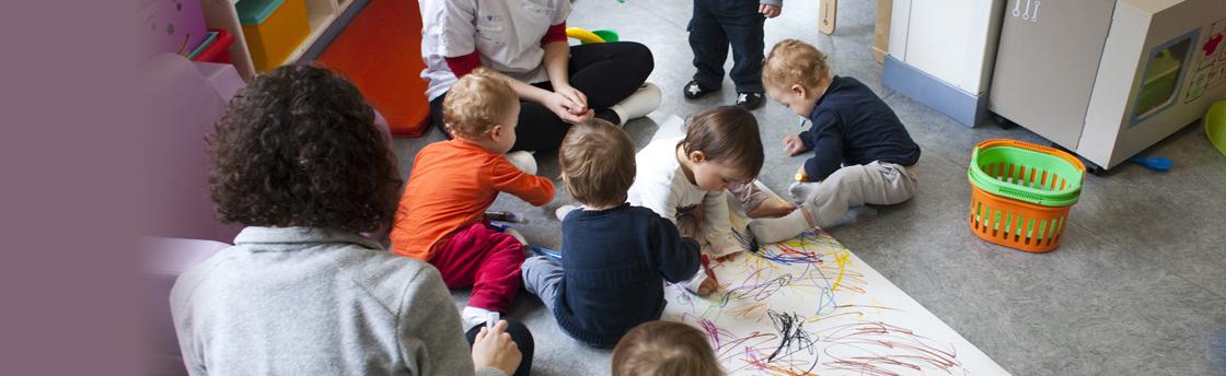 activité des enfants bébé dessinent (Fondation Oeuvre de la Croix Saint-Simon)