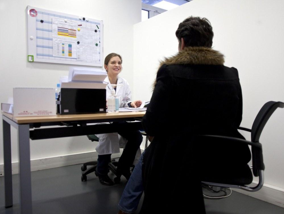 Consultation médicale au Centre de Santé Médical et Dentaire de la Fondation Oeuvre de la Croix Saint-Simon