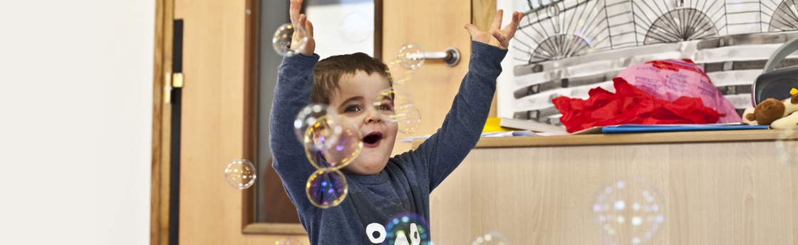 enfant bébé heureux (Fondation Oeuvre de la Croix Saint-Simon)