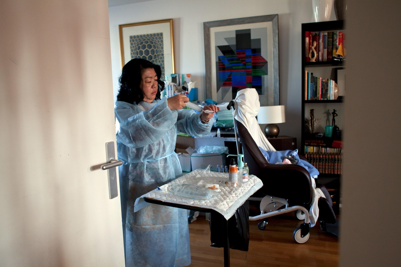 soignante a domicile préparant un soin