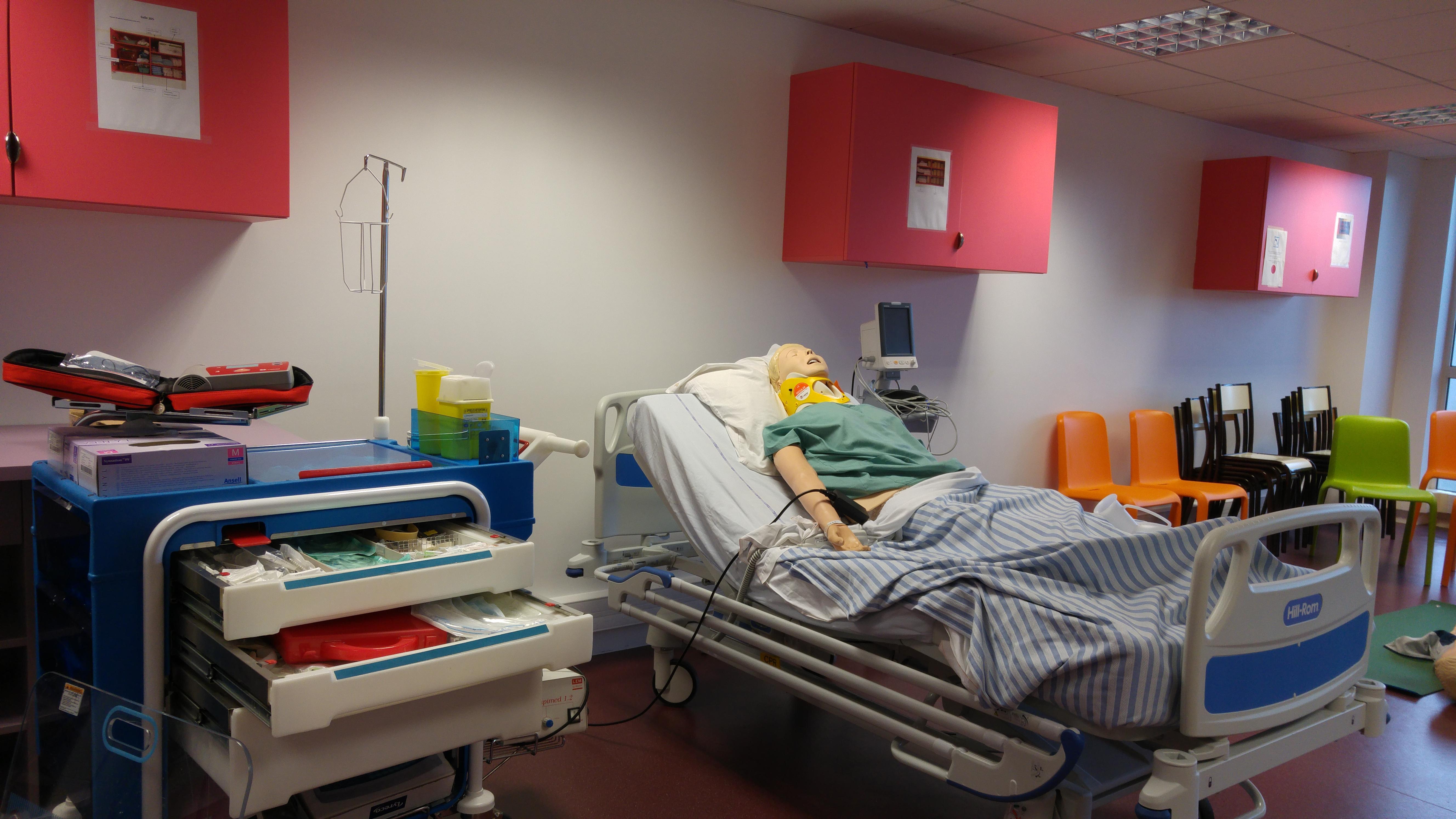 Simulation de soins à l'IFPS de la Fondation de la Croix Saint-Simon