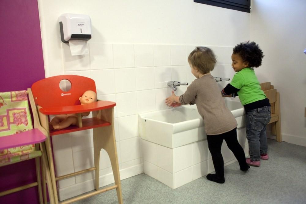 Crèche Tambour, lavage des mains (Fondation Oeuvre de la Croix Saint-Simon)