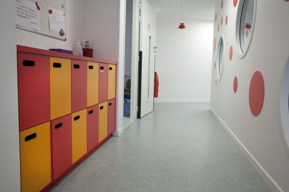 Crèche Tambour et trompette , couloir et casiers rouges (Fondation Oeuvre de la Croix Saint-Simon)