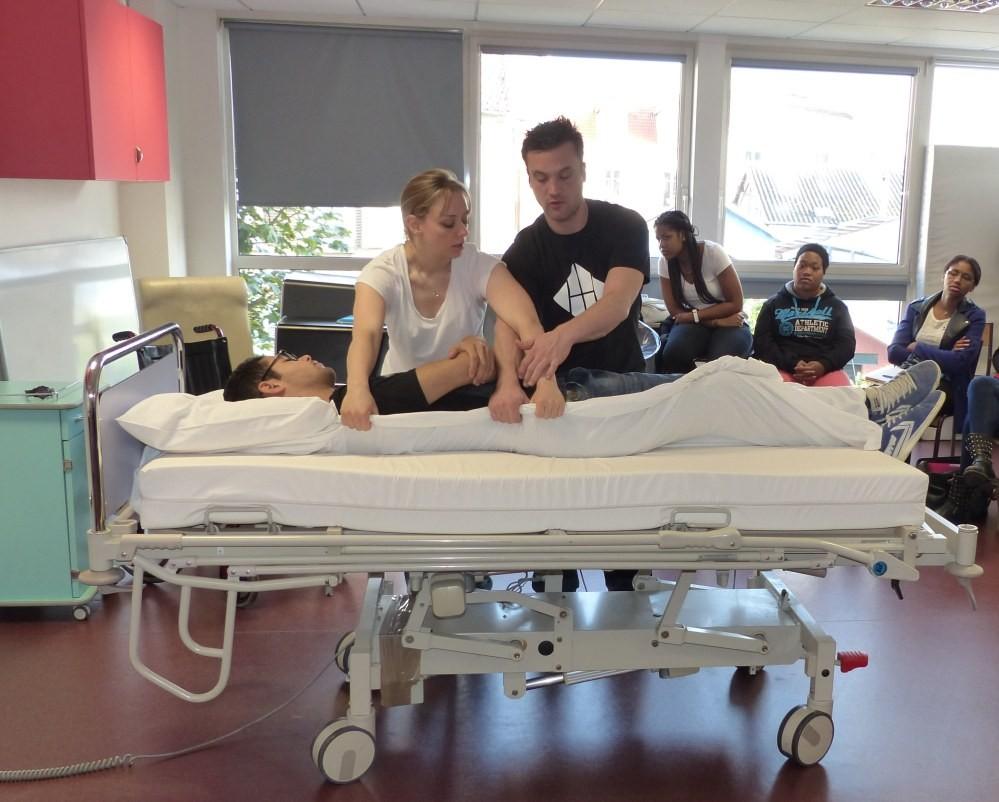 Travaux pratiques avec un lit lève-malade pour les étudiants de l'IFSI de la Croix Saint-Simon
