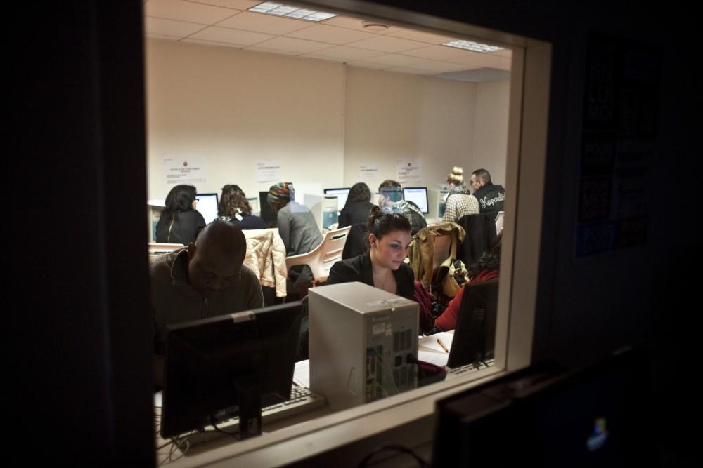 IFSI- étudiants en train de travailler dans l'espace multimédia sur des ordinateurs (Fondation Oeuvre de la Croix Saint-Simon)