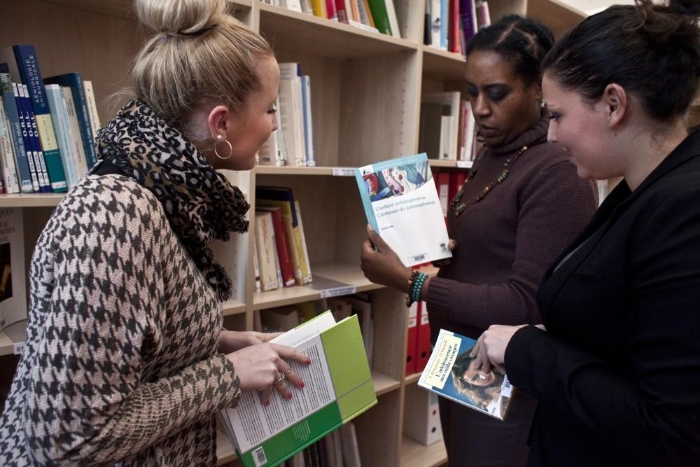 IFSI- Etudiantes en train de choisir des livres au Centre de Documentation et d'Information _fondation_oeuvre_de_la_croix_saint_simon