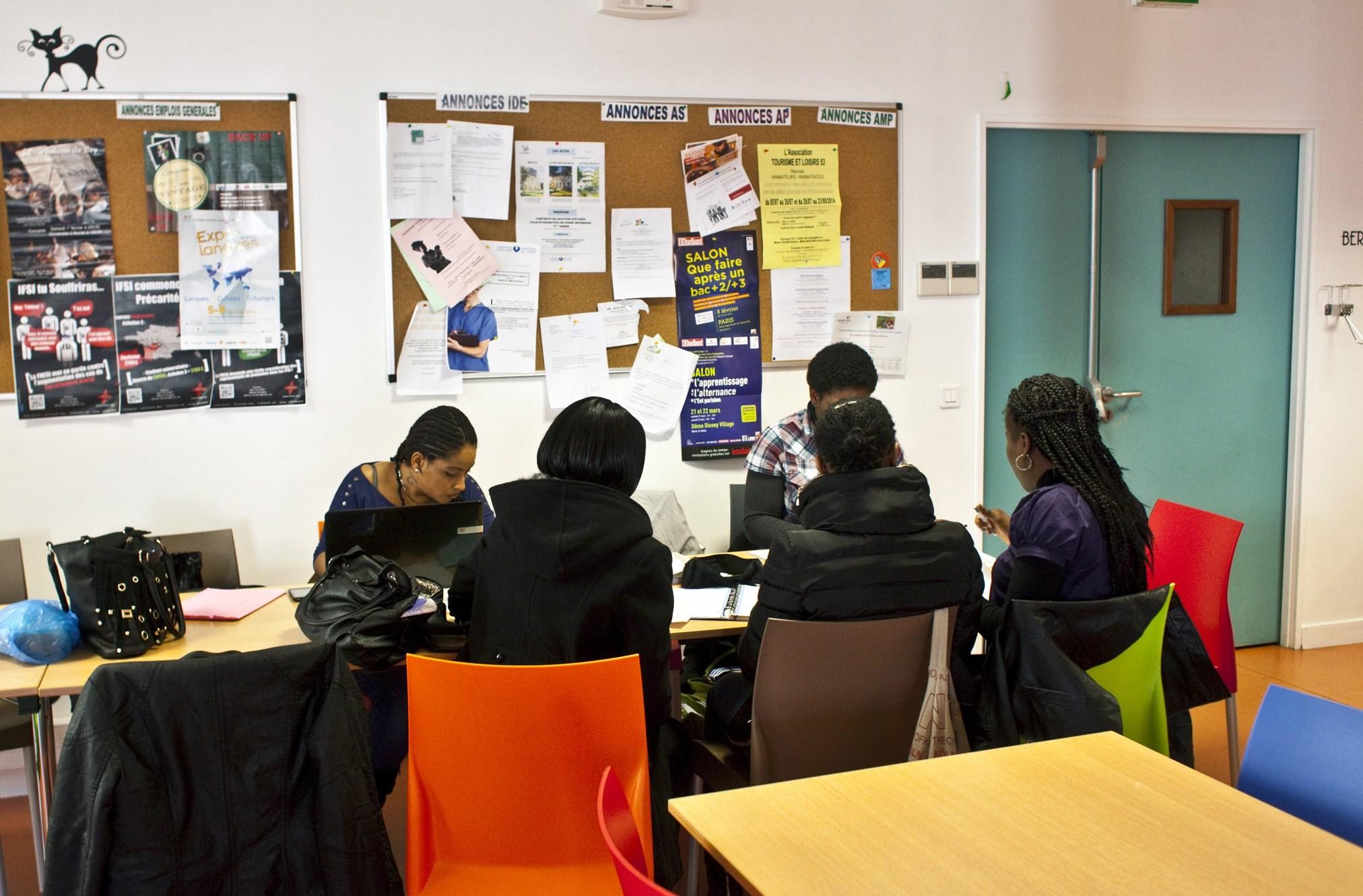Etudiants en train de réviser leurs cours à la cafeteria de l'IFSI de la Croix Saint-Simon