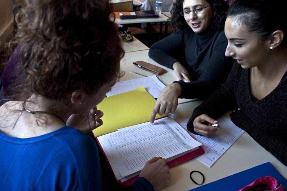 Groupe d'étudiants en train de préparer leurs examens ensemble