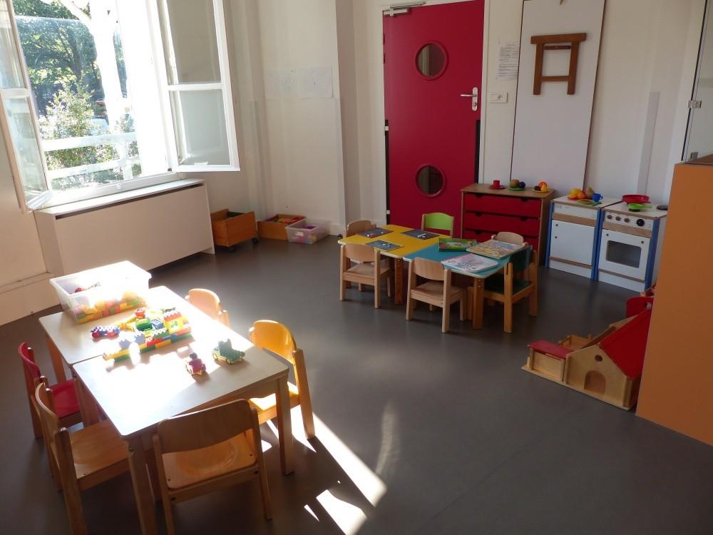 Crèche Père Lachaise, table jeux (Fondation Oeuvre de la Croix Saint-Simon)