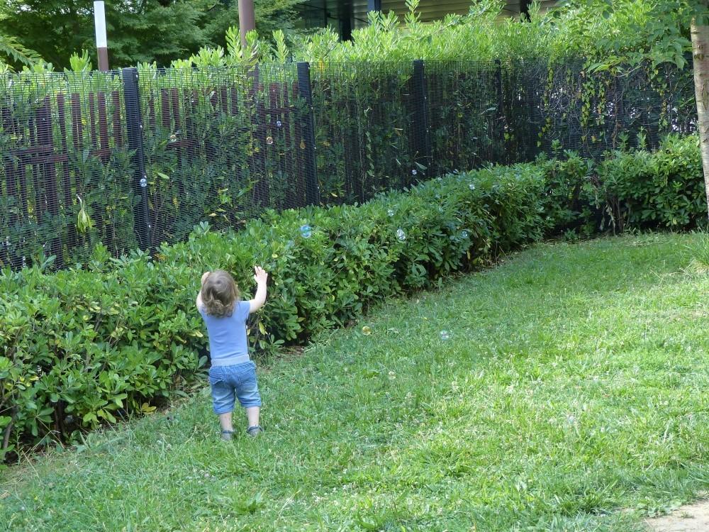 Crèche  Viala, enfant dans le jardin