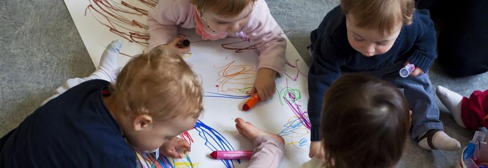 activité' des enfants bébé dessinent (Fondation Oeuvre de la Croix Saint-Simon)
