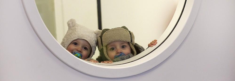 bébé enfants regardent entraver une vitre (Fondation Oeuvre de la Croix Saint-Simon)