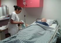 Entrainement d'une infirmière de la fondation de la croix saint simon