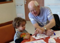 Les bienfaits de l'intergénérationnel à la halte garderie La môme de la Fondation Oeuvre de la Croix Saint-Simon