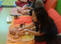 Initiation aux massages à la PMI Clavel de la Fondation Oeuvre de la Croix Saint-Simon