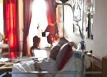 Adulte malade soigné par une soignante du Service de Soins Infirmiers A Domicile 92 de la Fondation Oeuvre de la Croix Saint-Simon