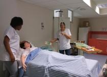 Deux étudiantes en exercice de simulation de soin à l'ifps de la fondation deuvre de la croix saint-simon